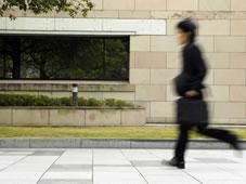 ビジネスでのご利用もおすすめの高崎ビジネスホテルで走っているサラリーマンの写真